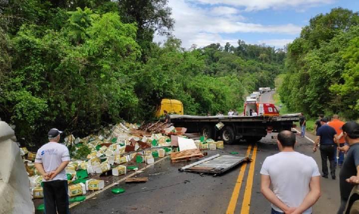 Acidente com carreta interdita o trânsito em rodovia do Oeste de Santa Catarina