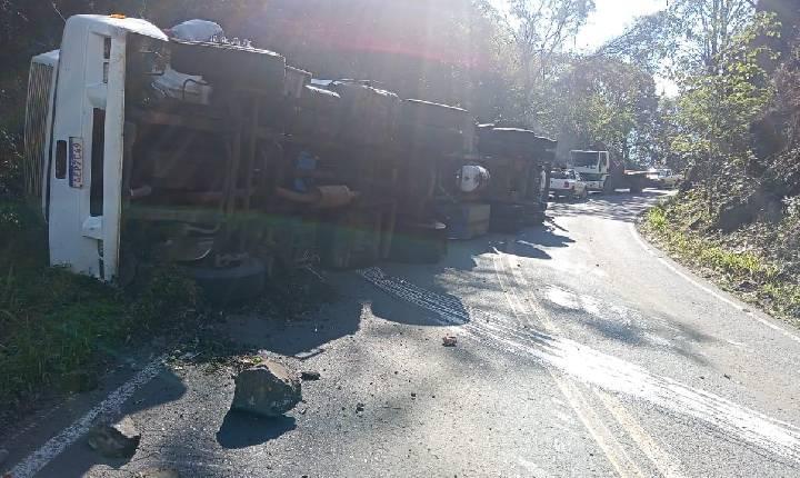 Caminhão tomba na curva perto do trevo de acesso a Xavantina