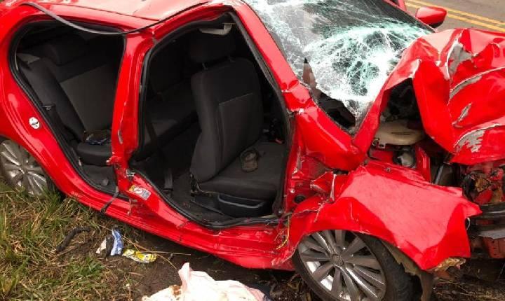 Carro com sete pessoas bate contra árvore e jovem morre em SC