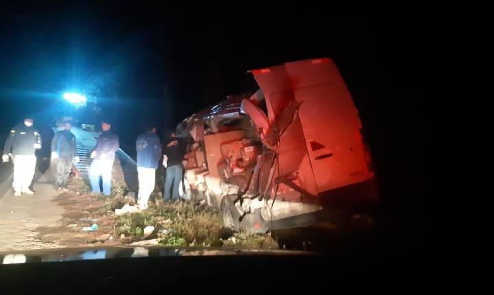Colisão entre carreta e Van com ferido próximo ao trevão do Irani na BR-282