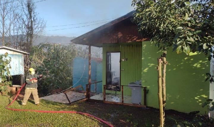 Incêndio consome residência no bairro São João em Seara