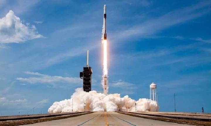 Internacional SpaceX faz primeiro voo orbital civil da história