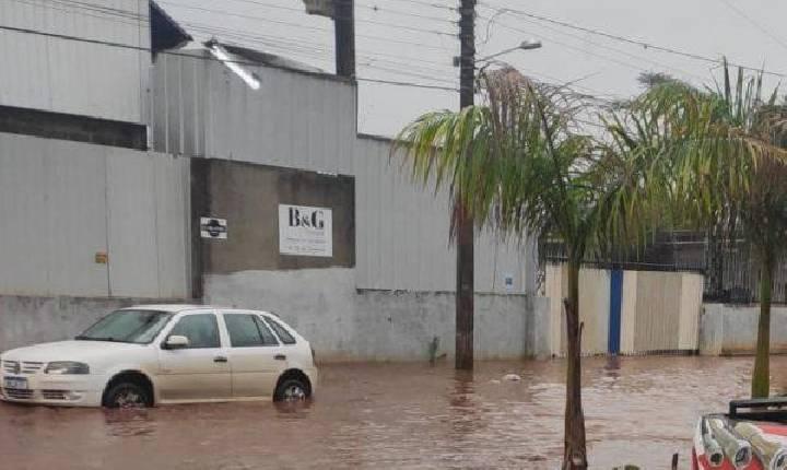VÍDEO: Após forte chuva, ruas e avenidas de Chapecó registram alagamentos