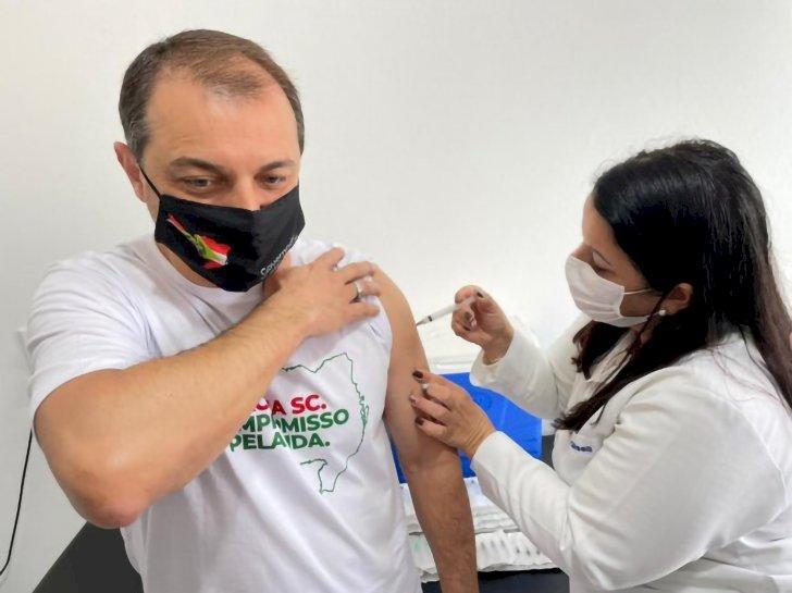 Governador recebe a primeira dose da vacina