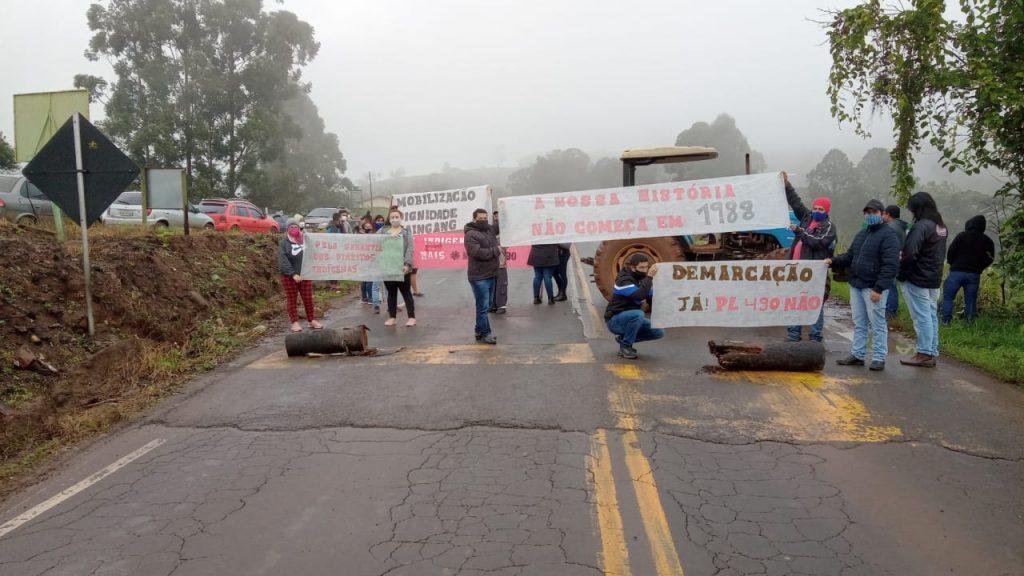 Indígenas bloqueiam SC-283 no acesso a Paial nesta manhã de terça-feira