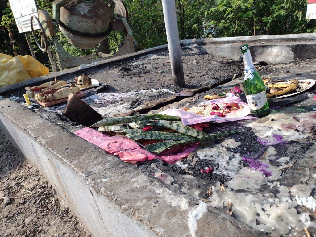 """Lixo e possível """"macumba"""" no cemitério municipal de Seara"""